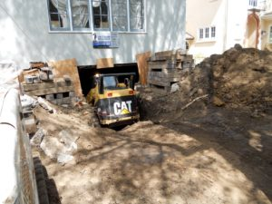 Direct access between the street and the garage makes the excavation process much easier.